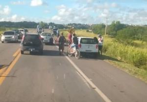 A vítima morreu após cair de uma motocicleta e ser atropelada por um caminhão na BR 101. O acidente aconteceu na manhã desta segunda-feira (11), no quilômetro 63 da rodovia federal, nas imediações do bairro Jambeiro
