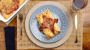 Finalize cobrindo com molho de tomate e queijo parmesão ralado e leve ao forno por 10 minutos antes de servir