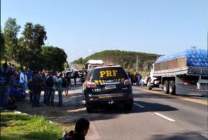 Equipes da Eco101 e da Polícia Rodoviária Federal (PRF) estão no local. A pista da rodovia ficou interditada nesta sexta-feira (18) das 7h30 até por volta de 9h, quando foi liberada