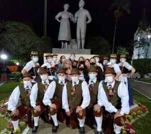 Monumento de casal de dançarinos homenageia onze pessoas, nove delas integrantes do grupo de dança Bergfreunde, que morreram no acidente em Mimoso do Sul, em setembro de 2017