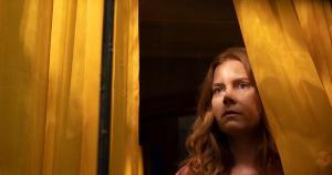 Adaptação do livro homônimo de A. J. Finn, suspense 'A Mulher na Janela' chega à Netflix com grande elenco, mas não faz jus ao material em que se baseia