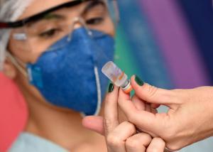 O prefeito de Vila Velha Arnaldinho Borgo negocia a compra direta de 100 mil doses de imunizante para atender professores, além de profissionais da Saúde e idosos