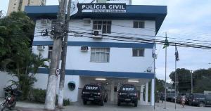 Crime ocorreu no começo da noite deste domingo (11), no Morro da Capixaba, na região do Centro da Capital. Vítima foi rendida e levada para uma área de mata, onde foi morta com muitos disparos; DHPP investiga o caso