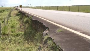 Estrada que liga Pontal do Ipiranga à sede de Linhares, no Norte do Espírito Santo, foi danificada nas enchentes de 2013. Uma erosão, que já destruiu o acostamento, avança pela via