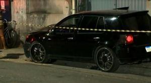 O menino não foi baleado, mas teve ferimentos leves depois que o carro bateu em um meio-fio; o motorista do carro, de 34 anos, morreu no local