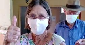 O imunizante contra o novo coronavírus foi aplicado pela filha Edith Butzlaff, que é auxiliar de enfermagem. Carlota e Geraldo Butzlaff estão juntos há 63 anos. Nesta quinta-feira (4), eles receberam a primeira dose da vacina