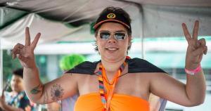 Crystal Vettoraci, de 28 anos, está com problemas na coluna pelo tamanho dos seios e precisa se submeter a uma cirurgia plástica de redução com urgência. Ela também realiza uma Vakinha