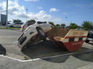 O veículo de aplicativo seguia no sentido Serra-Vitória quando subiu no meio-fio, capotou e só parou quando atingiu uma caçamba de entulho que está parada na rua