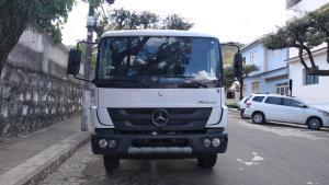 O veículo novo e sem carroceria foi roubado em Minas Gerais e seguia pela BR 482, no Caparaó, escoltado por um carro de passeio — que fugiu da abordagem e foi perseguido pela polícia. Três suspeitos foram detidos