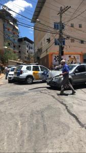 Outro carro que seguia atrás da viatura também bateu nos veículos. Acidente foi no cruzamento da Rua Basílio Pimenta com a Rua José Felix Chein, no bairro Nova Brasília