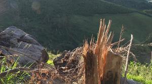 Após tempestade de granizo em março, uma pedra se desprendeu de outra e ameaça rolar na comunidade de Departamento. Defesa Civil Estadual orientou alguns moradores a deixarem suas casas por precaução