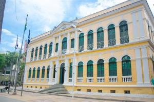 A prefeitura também publicou um decreto que prorroga prazos relativos a obrigações fiscais e administrativas de empresas para ajudar no enfrentamento da pandemia