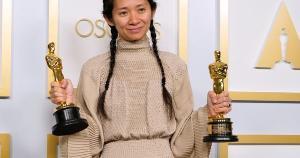Neste estranho 2021, a premiação ainda predominantemente masculina e branca deu mais um passo, insuficiente ainda, mas digno de atenção pelo tamanho do feito, com Chloé Zhao