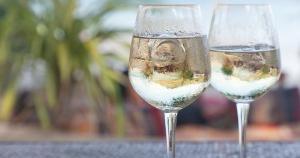 A moda de acrescentar gelo à taça começou na França e deu origem a um novo estilo de vinho, que atrai principalmente o público jovem