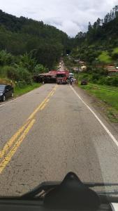 Carreta ficou atravessada na ES 166 na localidade de Santo Antônio do Oriente; segundo a Polícia Militar, ainda não há previsão de liberação do trecho