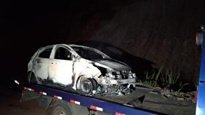 O veículo, que foi usado pelos atiradores na fuga, estava em uma estrada de chão próxima à BR 101. As vítimas foram mortas na tarde desta terça-feira (05)