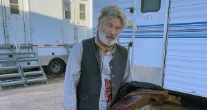 Durante a gravação de uma das cenas, o ator, que estava com uma arma cenográfica, atirou e acabou matando a diretora de fotografia Halyna Hutchins, 42, e deixando o diretor Joel Souza, 48, ferido