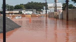 Fotos encaminhadas pelos leitores de A Gazeta mostram parte da rodovia que corta a região completamente tomada pela água da chuva, na altura do bairro Marcílio de Noronha