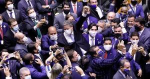 Muitos de nossos representantes em Brasília permanecem se regozijando na dor e na miséria do povo, utilizando-se de estratégias perversas para a consecução de seus próprios interesses