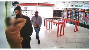 Criminosos chegaram a fazer um funcionário da loja refém, prendendo-o em outro cômodo; suspeitos fugiram de carro e não foram localizados pela Polícia Militar