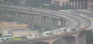 A ponte foi interditada para atendimento a um acidente na manhã desta quarta (28). Com a retirada dos veículos envolvidos na batida, o trânsito foi liberado