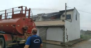 O segundo andar da residência foi destruído pelas chamas. O pai da criança teve queimaduras e foi atendido pelos Bombeiros