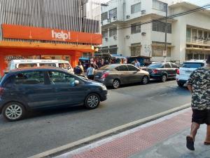 O acidente aconteceu por volta das 16h, na Avenida Jerônimo Monteiro, nas proximidades do cruzamento da Rua Dr. Enrico Aguiar; o trânsito apresenta retenção no local