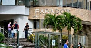 Piscina caiu sobre a garagem de prédio de luxo em Itaparica, na noite de quinta-feira (22). Moradores tiveam que desocupar os apartamentos e evacuar o local
