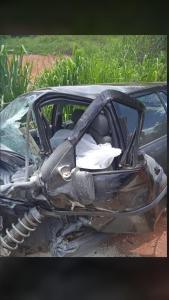 A batida ocorreu na entrada do bairro São Riquinho, próximo ao Sítio Recreio; o motorista do carro morreu na hora