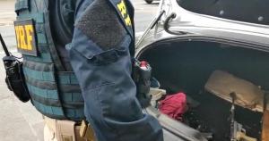 Agentes da PRF abordaram um Peugeot 307 na tarde desta quarta-feira (13). Uma pistola 9 mm e duas outras armas calibre 22 foram encontradas com os ocupantes e no porta-malas. PRF também apreendeu munições