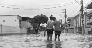 Não se trata somente de colocar as defesas civis nas ruas quando chove, o que é essencial, mas de elaborar planos preventivos que envolvam investimentos na infraestrutura urbana