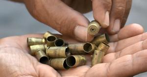 Morador encheu as mãos com cápsulas disparadas durante a madrugada e a manhã desta quarta-feira (15) no bairro Nova Palestina, na Capital