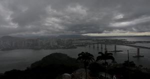 O Espírito Santo recebeu dois avisos meteorológicos nesta segunda-feira (29) para o risco de chuvas intensas acompanhadas de ventos fortes e até queda de granizo