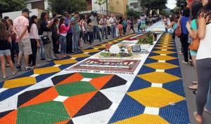 Pelo segundo ano consecutivo, as ruas do município não serão ocupadas pelos tradicionais tapetes, por conta da pandemia de Covid-19. Serão realizadas 15 missas durante o dia, para evitar aglomeração