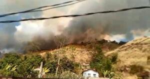 Chamas atingem área de vegetação do bairro Lírio do Campo, na tarde desta sexta-feira (27). Corpo de Bombeiros informou que equipes foram enviadas ao local