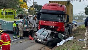 Pai e filha estavam no carro e morreram no local. A batida aconteceu por volta das 7h da manhã desta sexta-feira (17)