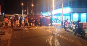 Segundo o Corpo de Bombeiros, o veículo estava carregado com granito e tombou no trevo da Av. Aristides Campos, no bairro Basiléia