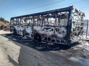 Mais de 10 homens pararam o coletivo que seguia pelo bairro Itacibá, ordenando que os passageiros saíssem. Na sequência, o veículo foi incendiado