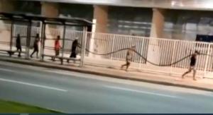 Câmeras de videomonitoramento flagraram sete pessoas carregando os cabos roubados em uma calçada da avenida Fernando Ferrari. Crimes como esse acontecem com frequência na Grande Vitória