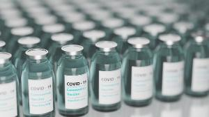 Número dobrou em menos de um mês, de acordo com a contagem do governo. País aprovou sete vacinas desenvolvidas internamente