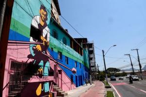 Alguns prédios que ficam no início da Avenida Elias Miguel, na Ilha do Príncipe, estão com pintura nova e proporcionam uma bela paisagem para quem chega à capital, como registrou o fotojornalista de A Gazeta, Carlos Alberto Silva