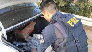 Um Voyage foi parado na tarde deste domingo (25) no km 294. Dois homens estavam no carro. Adroga foi encontrada no porta-malas