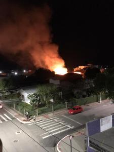 Bombeiros foram acionados e combateram as chamas, mas o fogo consumiu toda a residência. Não houve vítimas