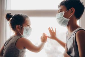 Diferente de anos anteriores, o retorno às salas de aula se tornou uma questão polarizada (mais uma). Com a pandemia e a falta de planejamento da vacinação para os profissionais da educação, esse retorno é a pauta do dia