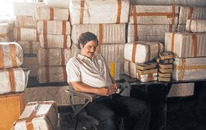 Ator que interpretou Pablo Escobar deve dirigir os dois primeiros episódios da produção; Diego Luna, o traficante Miguel Ángel Félix Gallardo, não volta na nova temporada por conta de nova série de 'Star Wars'