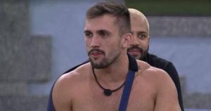 Ex-Mister Espírito Santo acabou entregando o desejo sexual pela atriz dentro do reality da Globo em jogo de verdade ou consequência com outros brothers