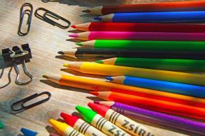 Itens básicos como réguas, lápis e pastas foram os produtos com maior variação de preço identificada na pesquisa. Pesquisar é a chave para garantir economia