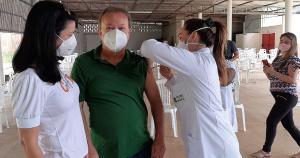 O chefe do Executivo municipal recebeu a primeira dose neste sábado (10) e parabenizou os profissionais que atuam na vacinação, em uma publicação nas redes sociais