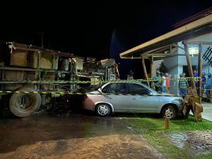 Motorista do caminhão está internado no hospital e o ajudante morreu na hora da batida. As imagens da colisão são impressionantes. Casal no carro de passeio seguia para Piúma, no Sul do ES