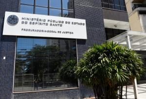 Ação é resultado de operação realizada no fim de 2020. Ministério Público aponta existência de esquema na prefeitura que privilegiava uma empresa de engenharia em licitações e contratos